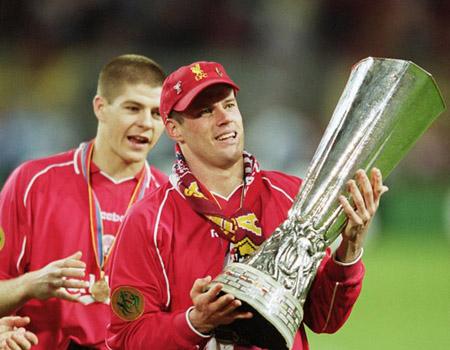 Carra avec la coupe de l'UEFA, juste devant un jeune inconnu. Si quelqu'un a son nom je suis preneur.