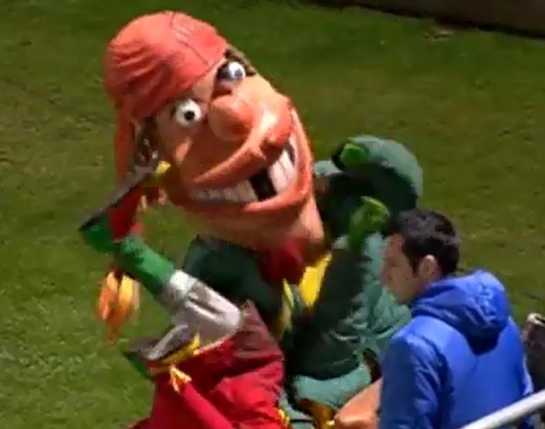 C'est tellement la fête que les mascottes dégueulasses du KVO se mettent à copuler au bord du terrain.